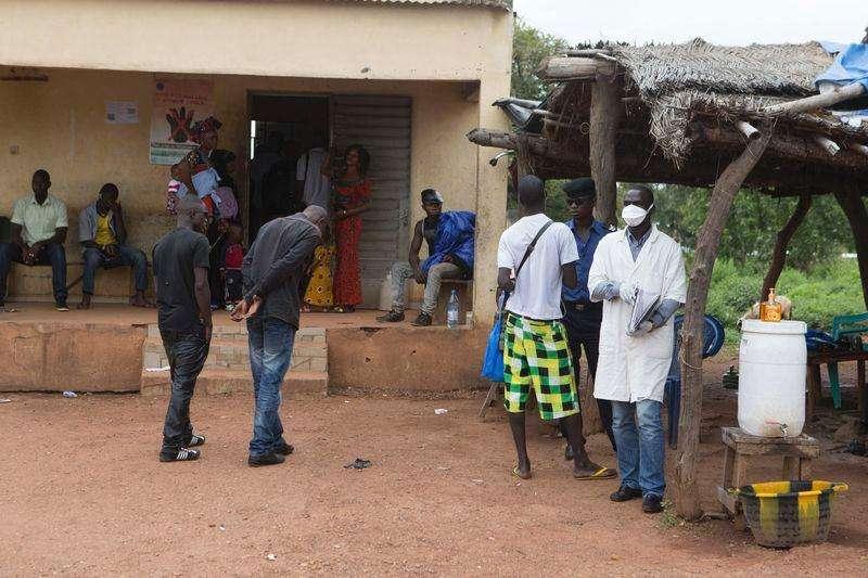 Agente da saúde aguarda para medir temperatura de pessoas que entram no Mali vindas da Guiné, na região de fronteira de Kouremale, no início de outubro. 02/10/2014 Foto: Joe Penney/Reuters
