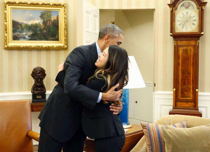 Obama abraça enfermeira de Dallas Nina Pham, curada do Ebola, na Casa Branca. Foto: Larry Downing/Reuters