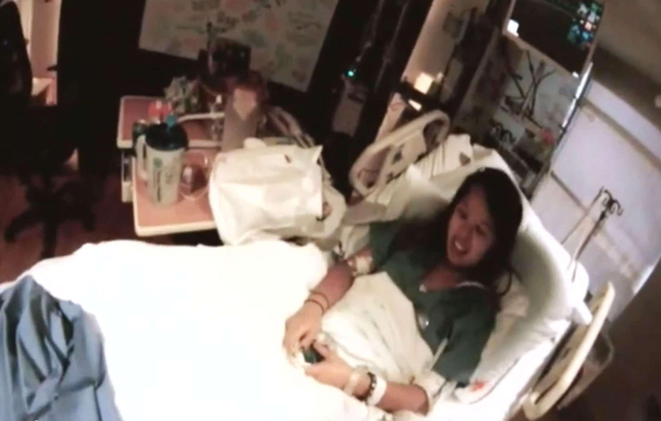 Nina Pham, que contrajo ébola tras atender a un paciente liberiano, habla mientras es grabada en una unidad de aislamiento del Texas Health Presbyterian Hospital de Dallas, el 16 de octubre de 2014, antes de ser trasladada a otro centro en las afueras de Washington. Foto: AP en español