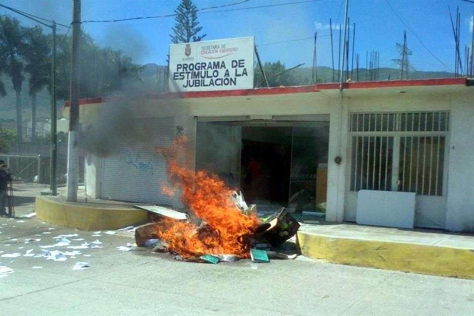 Normalistas realizaron destrozos en oficinas en Chilpancingo del Programa de Estímulo a la Jubilación de la Secretaría de Educación de Guerrero. Foto: Jesús Guerrero/Reforma