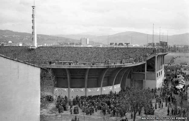 Unos 10.000 fanáticos veían el encuentro en las gradas del Estadio Artemi Franchi Foto: BBC Mundo/Archivo Locchi Firenzi