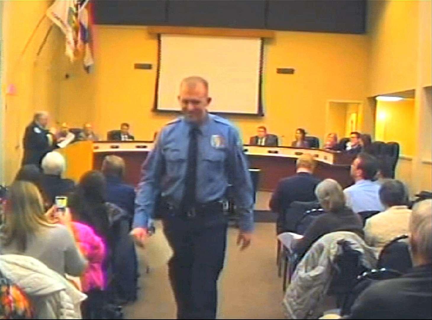 El oficial Darren Wilson asiste a una reunión del consejo municipal en Ferguson, en foto de archivo del 11 de febrero de 2014. Foto: AP en español