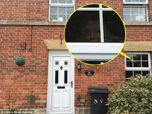 O suposto fantasma apareceu em foto na janela da nova cada de Michelle Foto: Daily Mail/Reprodução
