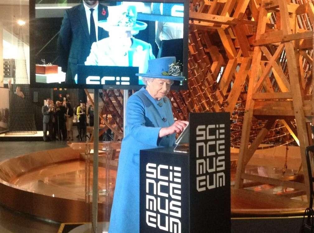 A Rainha postou uma mensagem no Twitter pessoalmente nesta sexta-feira Foto: Twitter