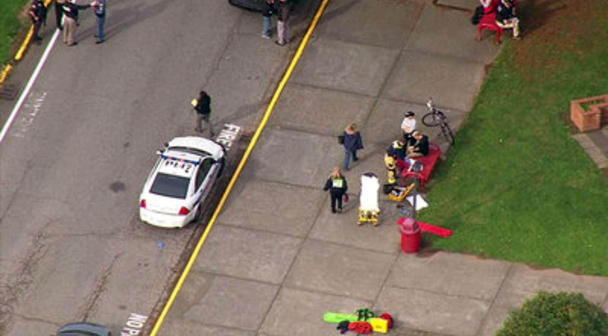 Personal de emergencias acudió de inmediato a la escuela tras los reportes de la balacera. Foto: AP en español