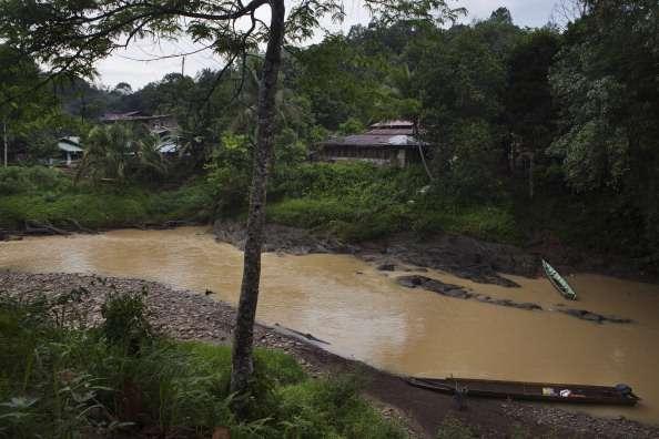 El herido se arrastró entonces por cerca de un río hasta que llegó al pueblo. Foto: Yvan Cohen/Getty Images
