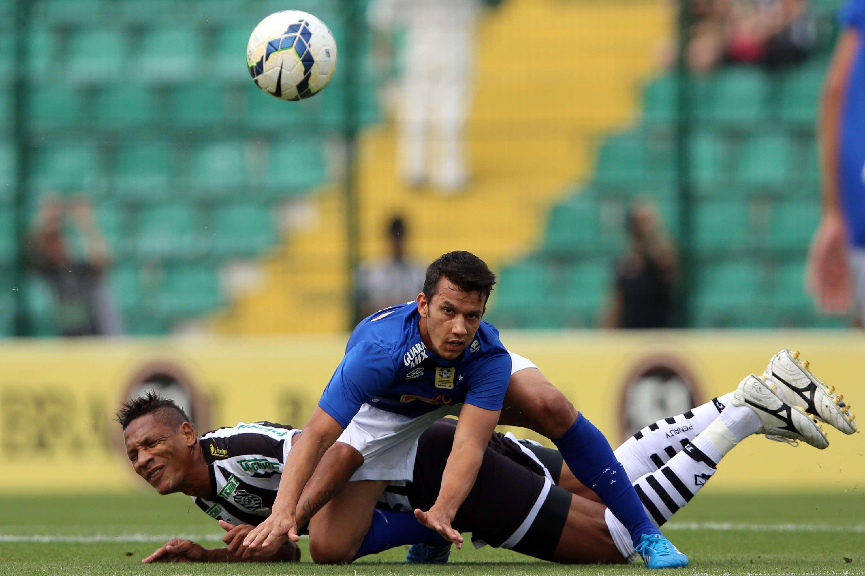 Henrique disputa bola durante Figueirense x Cruzeiro pela Série A do Brasileiro Foto: Cristiano Andujar/Getty Images