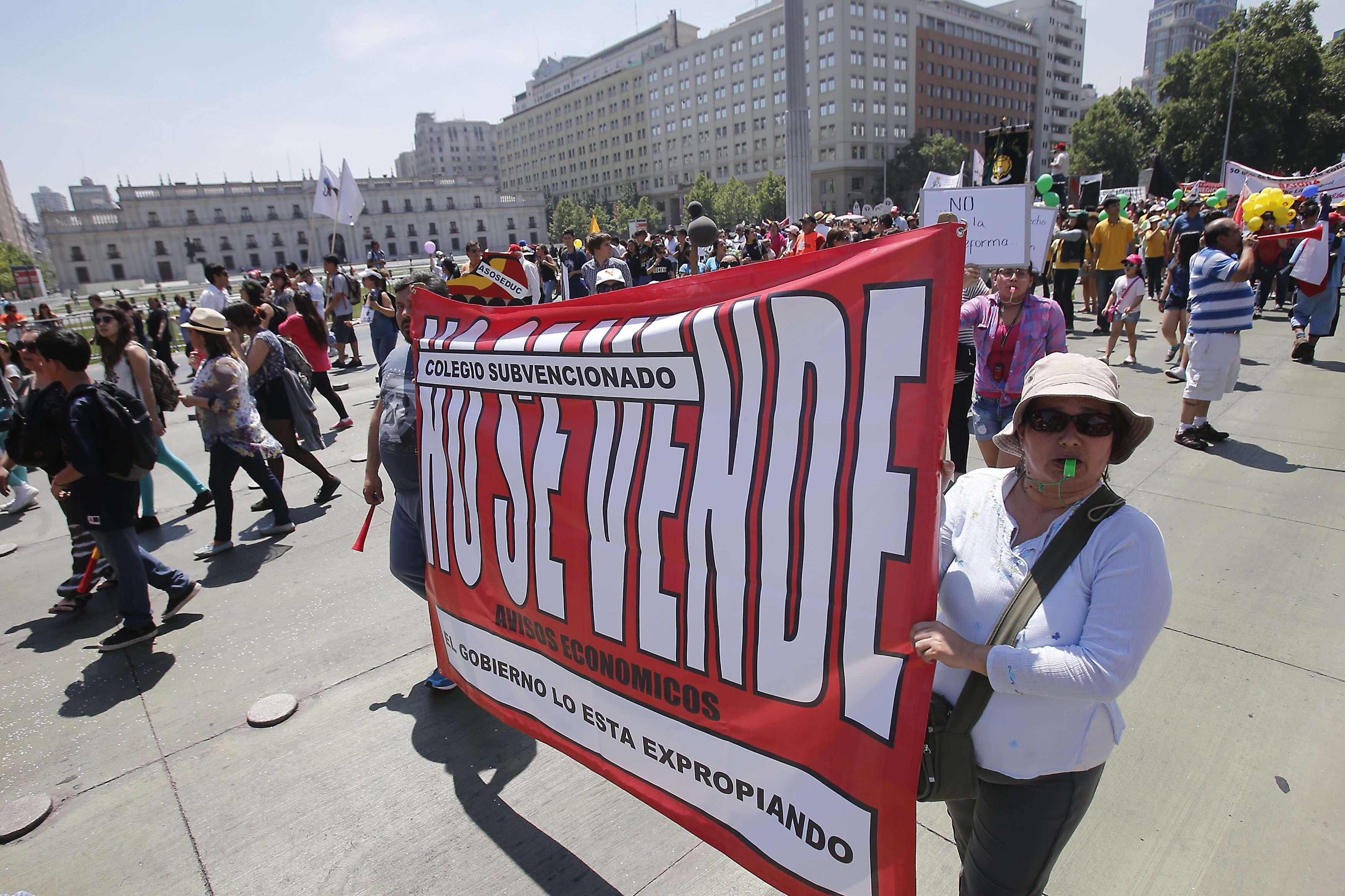 Familias enteras y dueños de colegios privados caminaron bajo un intenso sol. Foto: EFE en español