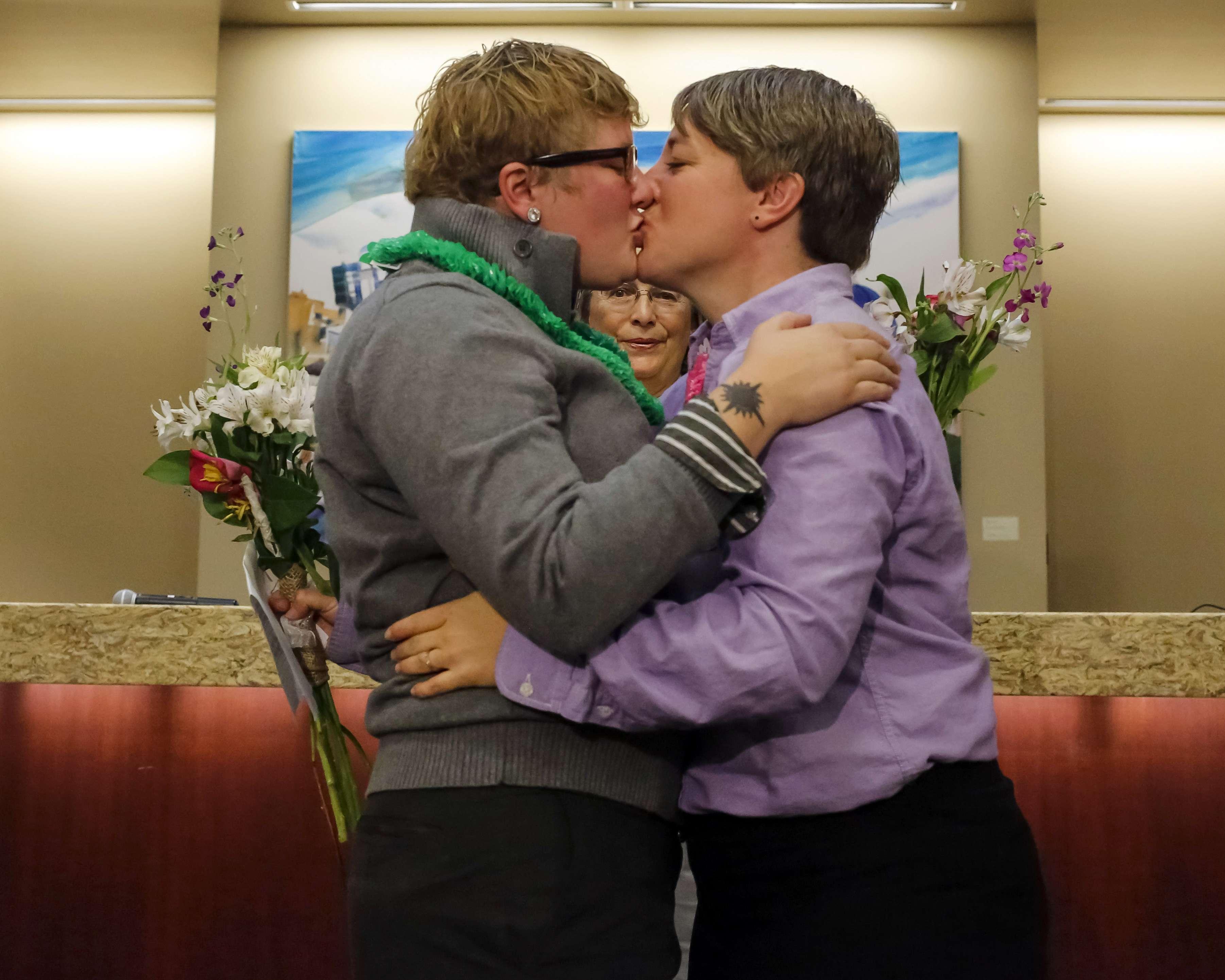 Las parejas casadas en esos estados podrían recibir programas federales como el Seguro Social y beneficios para veteranos de guerra. Foto: Archivo/AP en español