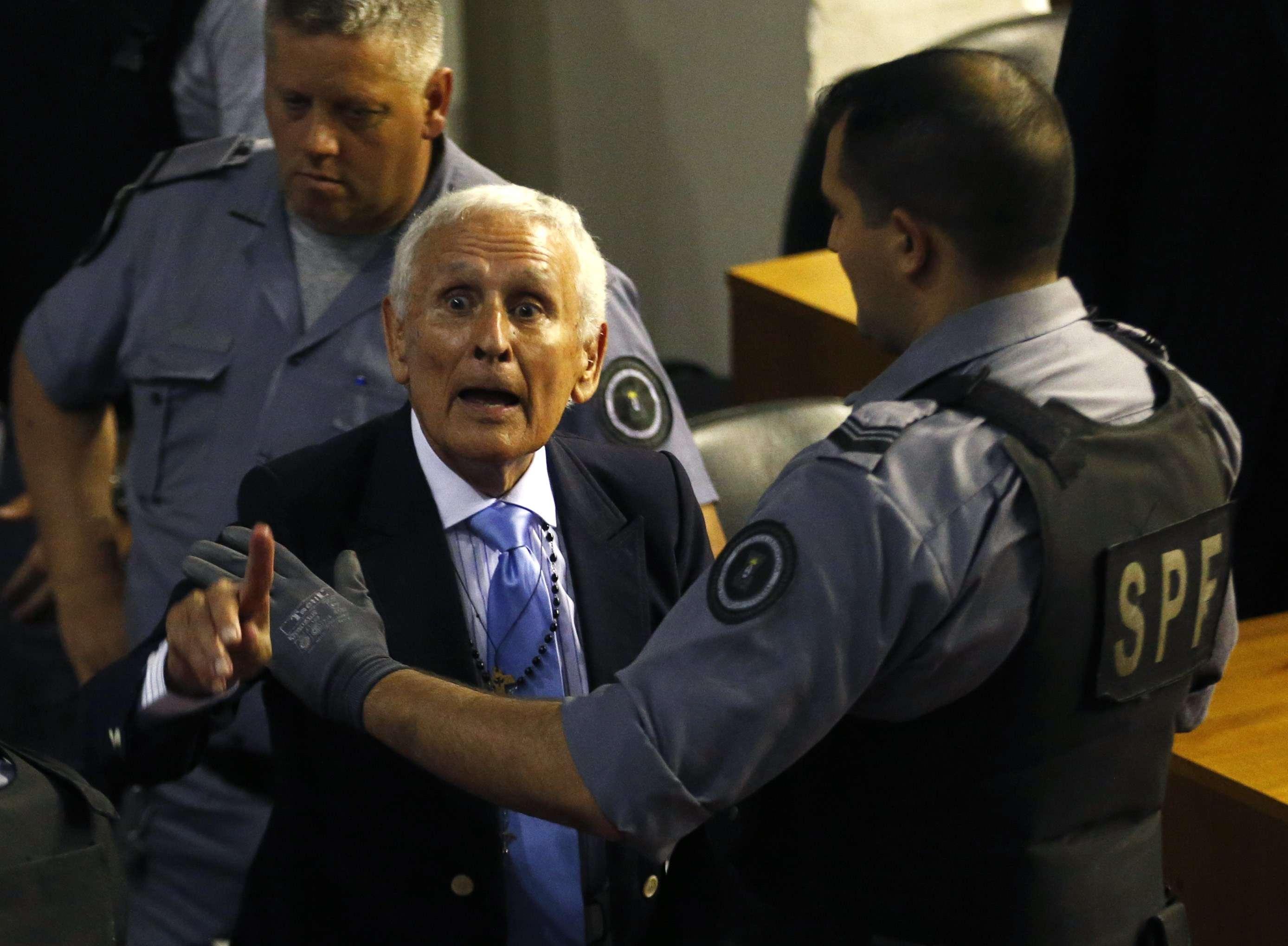 O condenado Miguel Etchecolatz reage durante julgamento Foto: Enrique Marcarian/Reuters