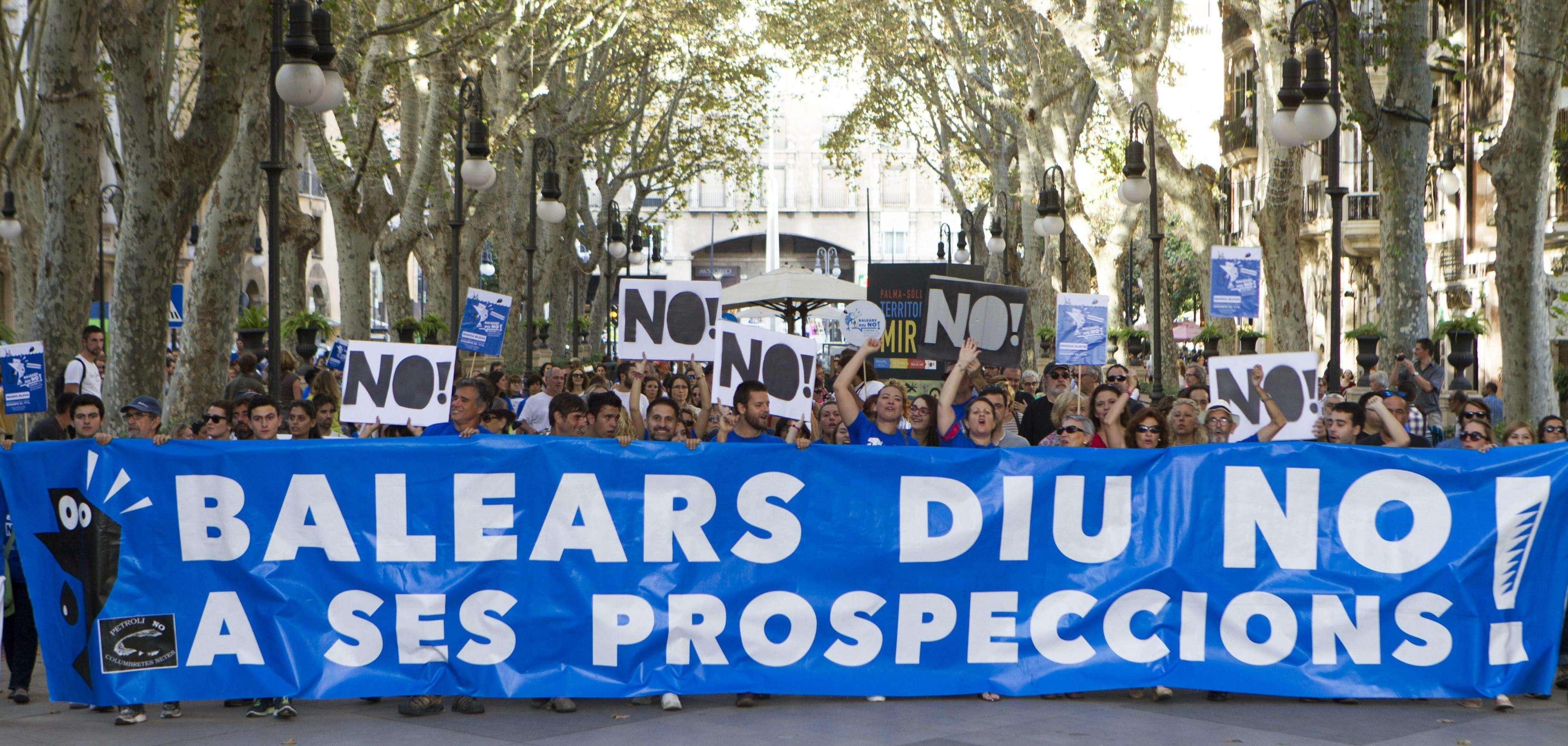 Un momento de la manifestación convocada por Balears Diu NO, que ha transcurrido esta tarde por las principales calles de Palma de Mallorca contra las prospecciones en el mar Mediterráneo. Foto: EFE en español