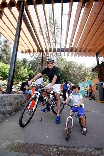 """Ciclistas y peatones disfrutan del """"Plan Convivencia más segura"""" en su 1er día de puesta en marcha; la iniciativa pretende ordenar los flujos de automovilistas, ciclistas y peatones que acceden al cerro San Cristóbal. Foto: Agencia Uno"""