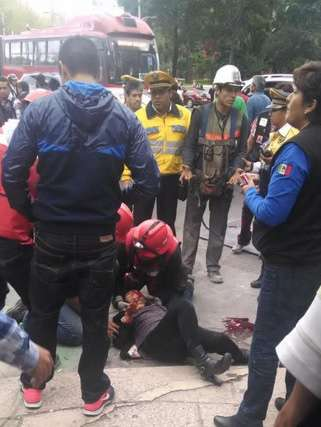 Dos trabajadores fueron detenidos, ya que después del incidente intentaron meter la estructura a la obra en construcción. Foto: Twitter/@vladimir_lagos