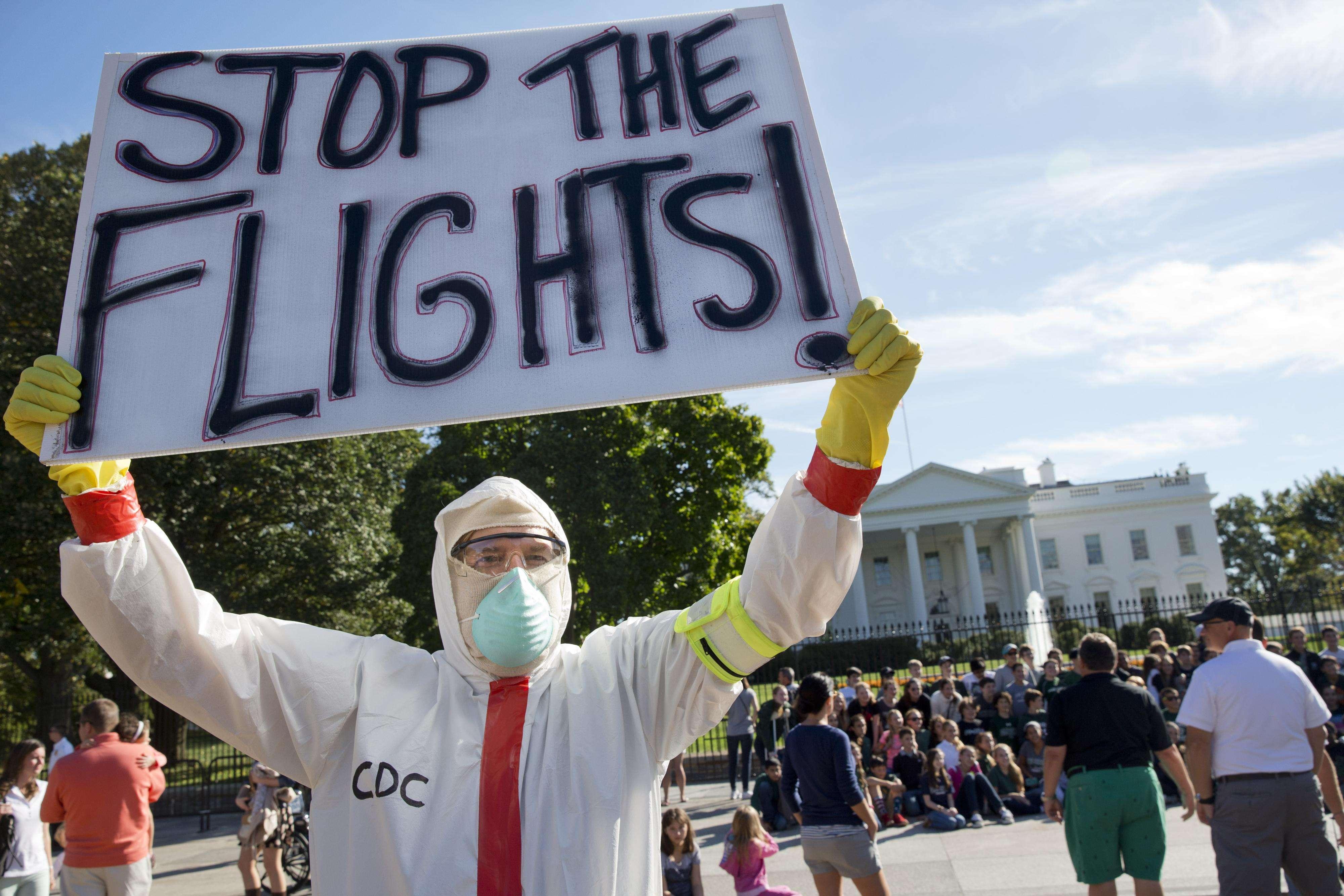 Jeff Hulbert, de Annapolis, Maryland, protesta la forma en que Estados Unidos ha manejado los casos de ébola, frente a la Casa Blanca, el viernes 17 de octubre de 2014, en Washington. Foto: AP en español