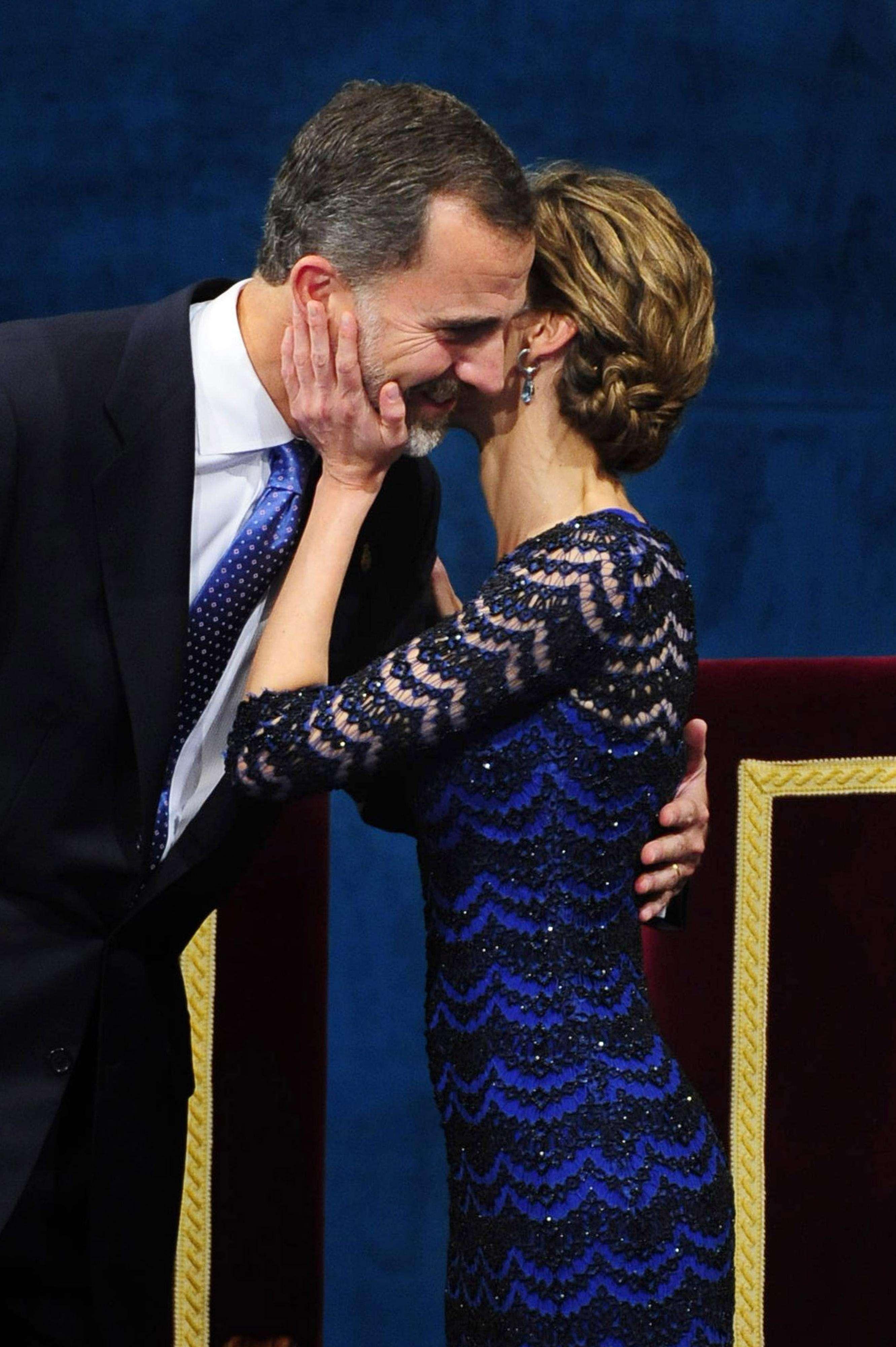 Durante la ceremonia las muestras de complicidad y las miradas de cariño fueron constantes entre don Felipe y doña Letizia, sobre todo tras el emotivo discurso del Rey, momento en el que la Reina le felicitó con un beso en la mejilla que pasará a la historia. Foto: Gtres