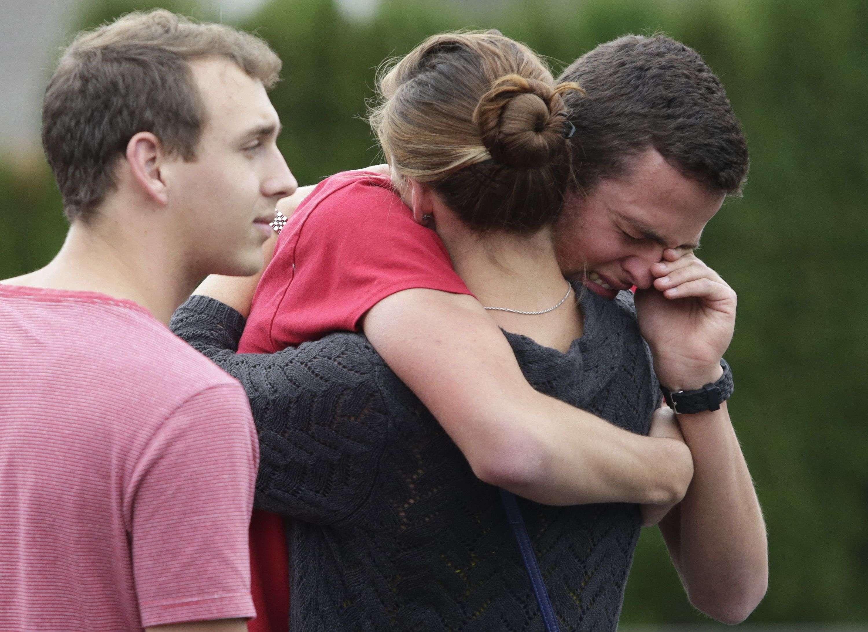 Alumnos y familiares reaccionan tras la balacera en la cafetería de la secundaria Pilchuck de Marysville (Washington) Foto: Reuters en español