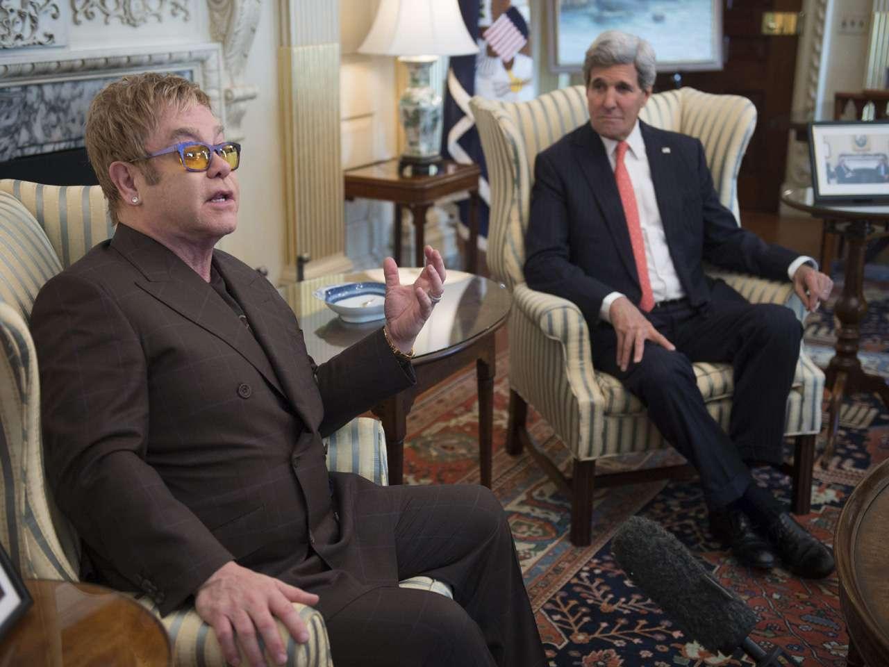 El secretario de Estado estadounidense, John Kerry (d), y el cantante británico Elton John, durante su reunión en el Departamento de Estado en Washington Foto: EFE en español
