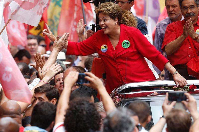 La presidenta de Brasil, Dilma Rousseff, saluda a partidarios durante un acto de campaña en Porto Alegre antes del balotaje del domingo en el que buscará su reelección. 25 de octubre del 2014. Foto: Paulo Whitaker/Reuters