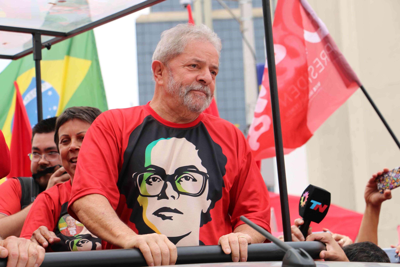 O ex-presidente Lula participou de caminhada em apoio à reeleição da presidente Dilma neste sábado, na Grande São Paulo Foto: Rocha Lobo/Futura Press