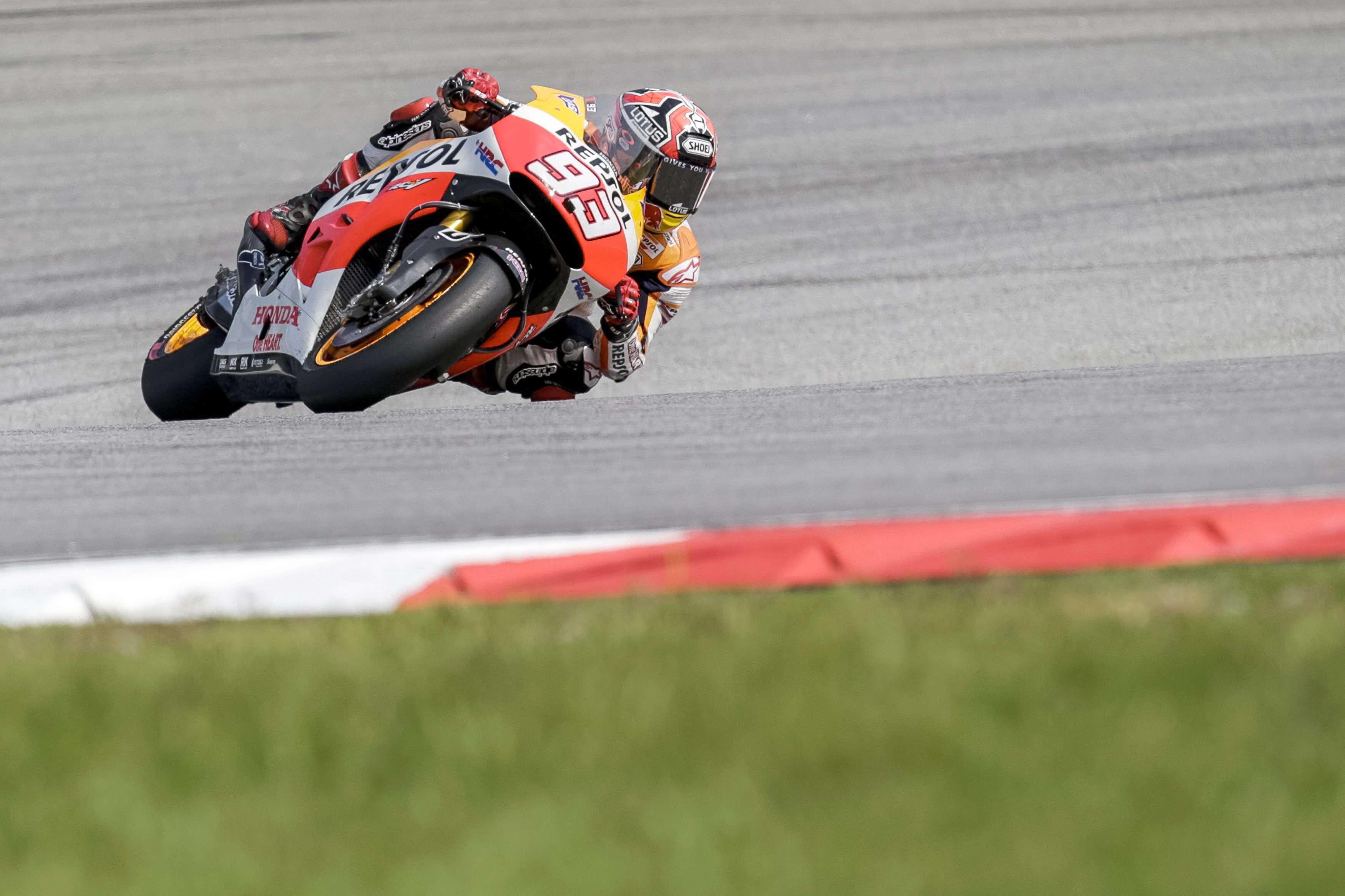 Marc Márquez toma una curva en el GP de Malasia durante la sesión de entrenamientos libres del sábado. Foto: EFE en español