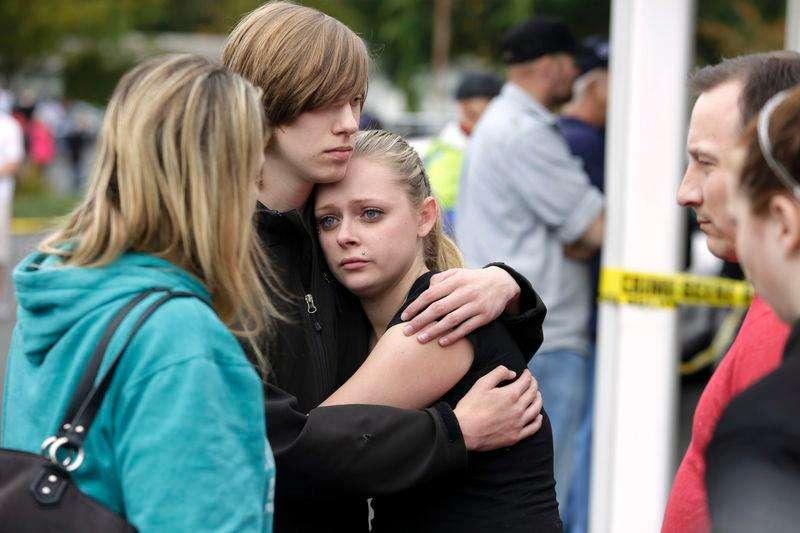 Estudantes e familiares se confortam após tiroteio em colégio em Marysville, nos Estados Unidos, nesta sexta-feira. 24/10/2014 Foto: Jason Redmond/Reuters