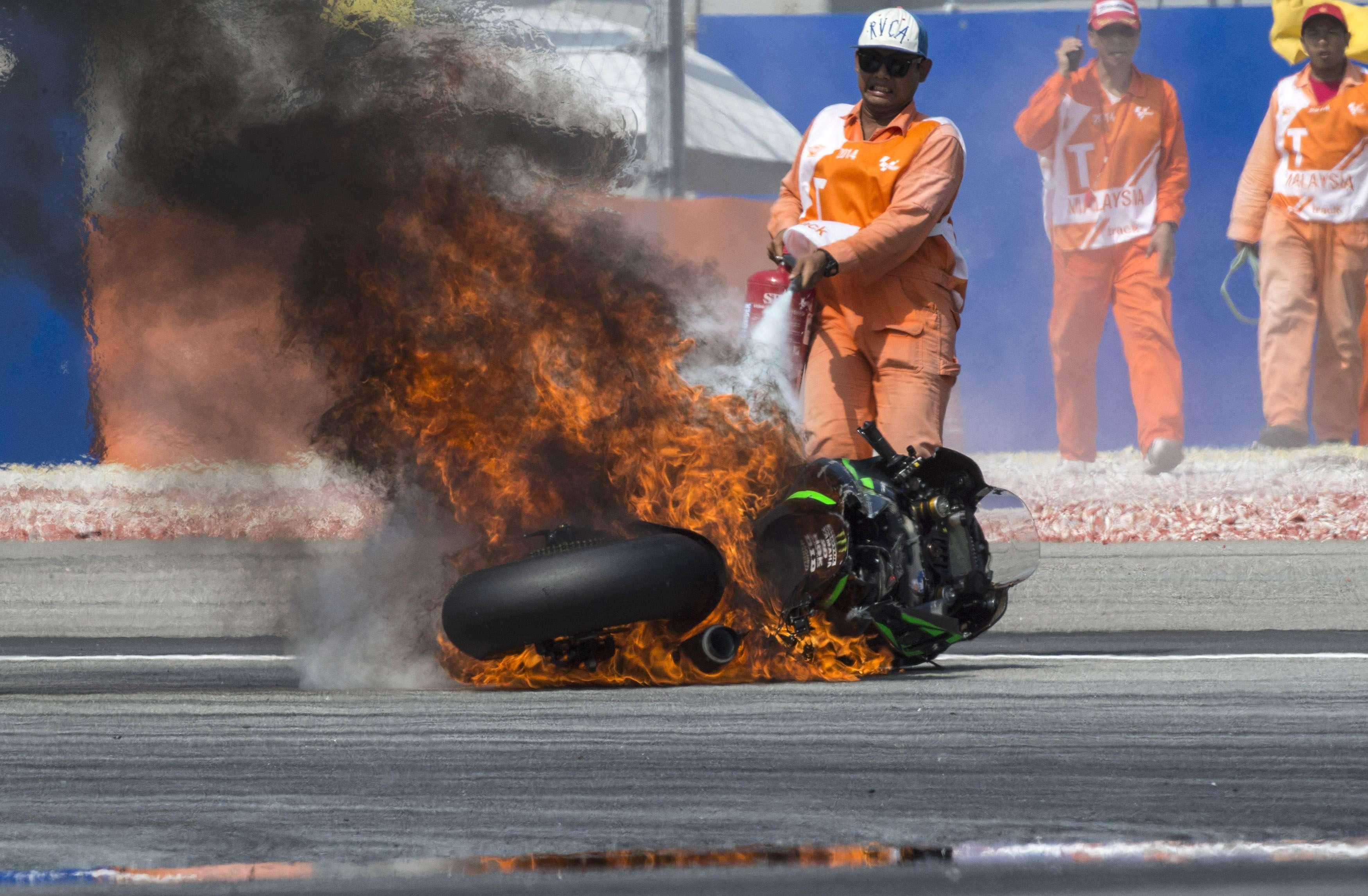 Algum objeto atingiu o sistema de refrigeração da moto Foto: Mirco Lazzari /Getty Images