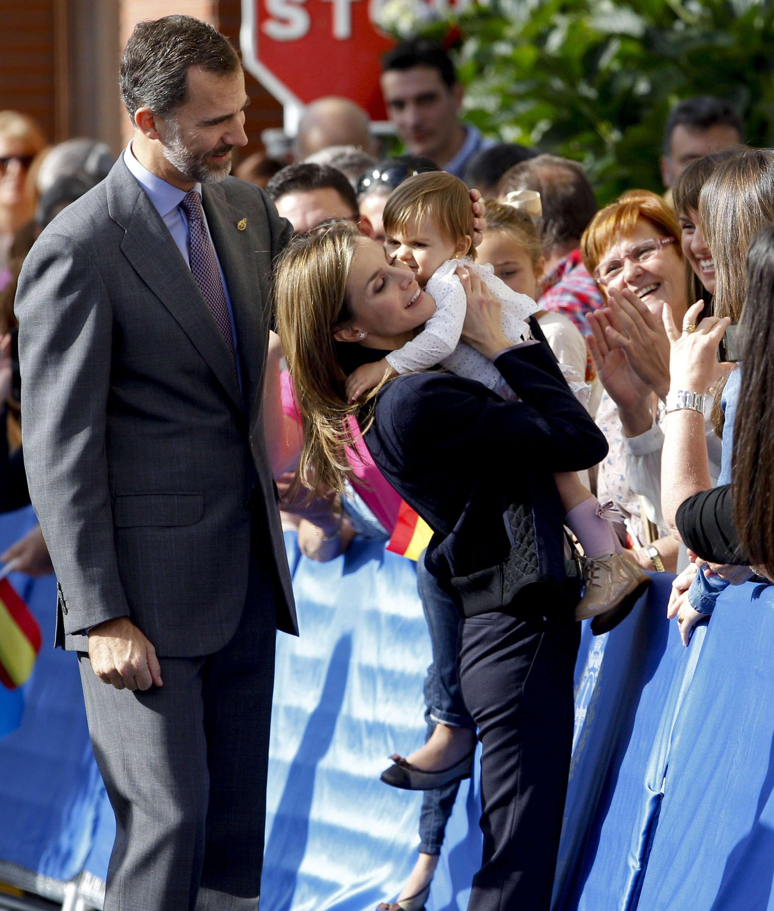 Los reyes Felipe y Letizia saludan a su llegada a Boal, el concejo asturiano de 1.700 habitantes declarado este año Pueblo Ejemplar de Asturias. Foto: EFE en español