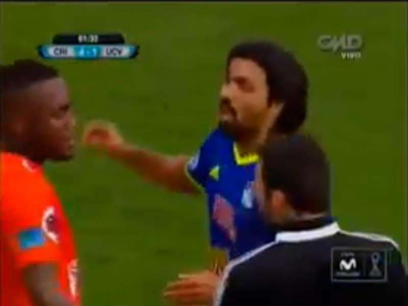Jorge Cazulo convence a Luis Tejada para que no abandone el campo. Foto: Captura de internet