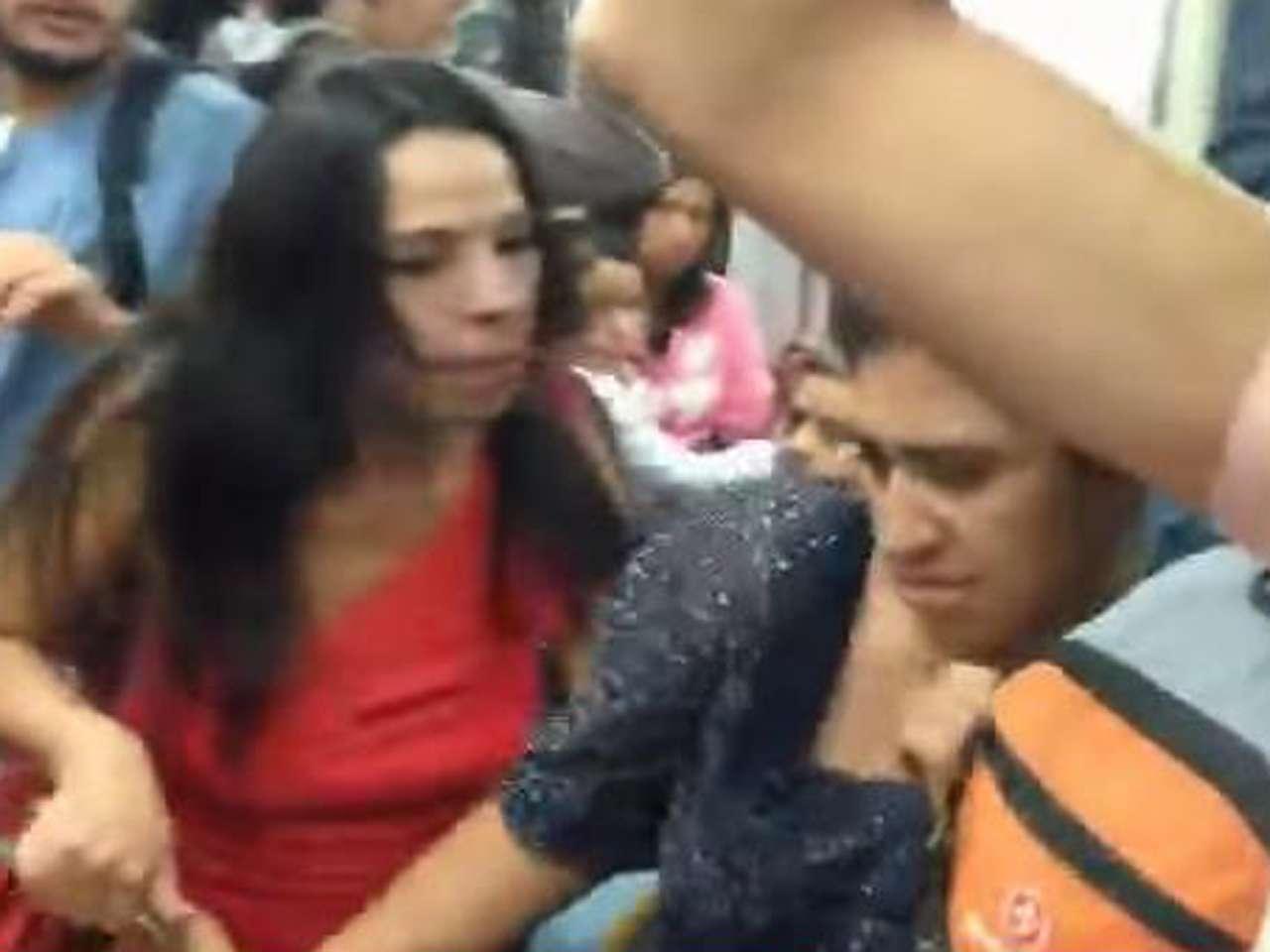 A pesar de los insultos realizados por #LadyBoobs, la pasajera de junto no respondio de forma violenta Foto: Imagen tomada de YouTube