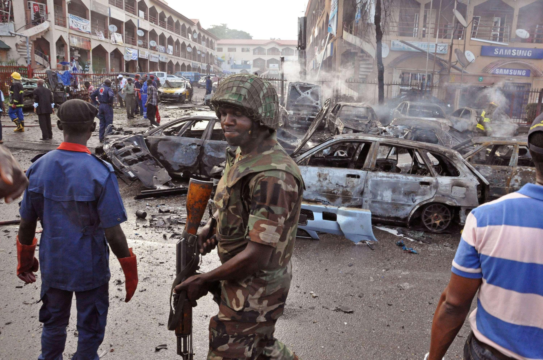 Presuntamente el gobierno y la milicia radical habían alcanzado un alto al fuego para negociar la liberación de las más de 200 escolares nigerianas secuestradas. En la imagen: ataque de Boko Haram en un mercado nigeriano en junio pasado Foto: Olamikan Gbemiga/AP/Archivo