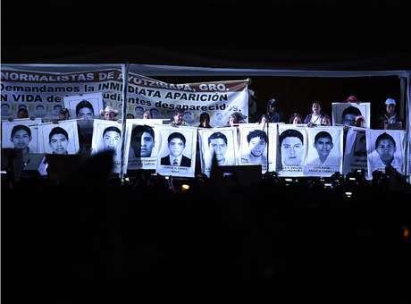 """24 de octubre.- Tres presuntos sicarios de """"Guerreros Unidos"""" que fueron detenidos antes de que la Procuraduría General de la República (PGR) atrajera el caso de los 43 estudiantes de la Normal Rural de Ayotzinapa """"Raúl Isidro Burgos"""" desaparecidos, detallaron en sus declaraciones ministeriales cómo asesinaron a parte del grupo de normalistas. http://bit.ly/1wzlQwh Foto: AFP"""