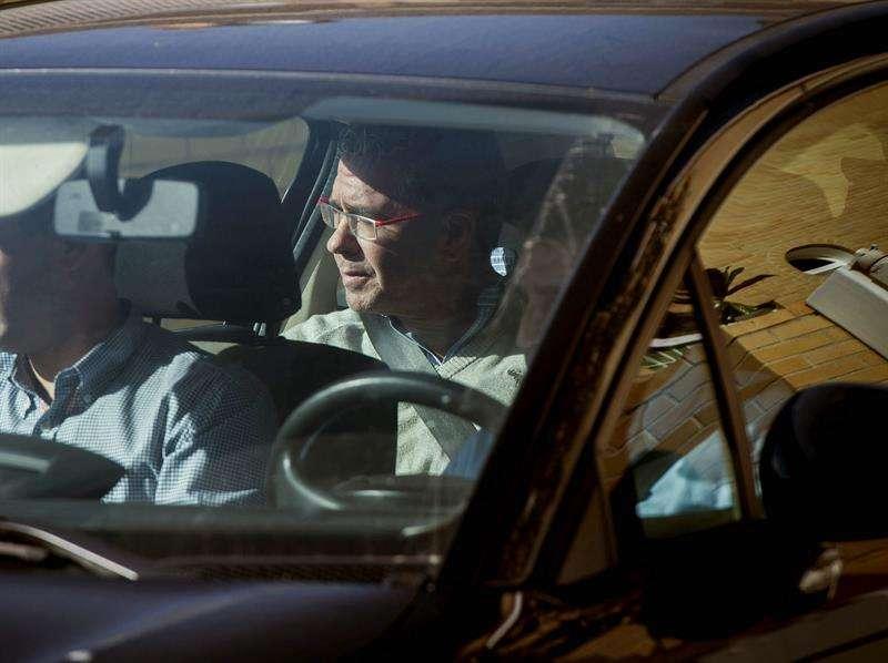 El exconsejero de Presidencia de la Comunidad de Madrid Francisco Granados sale a primera hora de la tarde en un coche de la Guardia Civil, de su domicilio de la localidad madrileña de Valdemoro. Foto: EFE en español