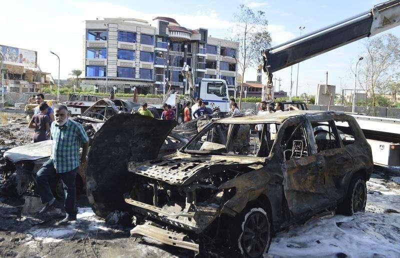 Local da explosão de um carro-bomba em Bagdá. Um agressor suicida matou ao menos 27 combatentes xiitas nos arredores da cidade iraquiana de Jurf al-Sakhar nesta segunda-feira, após as forças de segurança terem expulsado militantes do Estado Islâmico da área no fim de semana, informaram fontes do Exército e da polícia. 21/10/2014. Foto: Kareem Raheem/Reuters