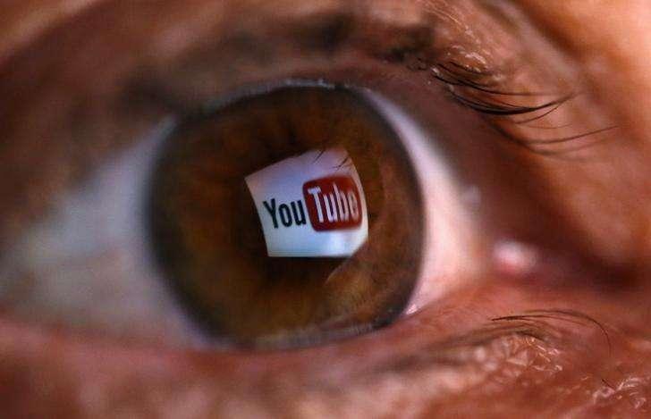 Una fotografía muestra el logo de YouTube reflejado en el ojo de una persona en el pueblo de Zenica, Bosnia. Imagen de archivo, 18 junio, 2014. Youtube, el popular servicio de videos de Google Inc, planea ofrecer una versión pagada libre de publicidad, dijo el encargado del sitio. Foto: Dado Ruvic/Reuters
