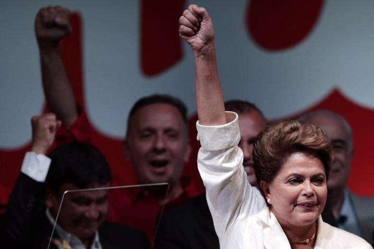 La reelecta mandataria de Brasil, Dilma Rousseff, saluda tras la entrega de resultados en las elecciones presidenciales en Brasilia, oct 26 2014. Las promesas de reformas en los mercados emergentes han alentado a los inversores este año, pero la votación en Brasil en contra de cualquier cambio en la cúpula de su Gobierno está generando preguntas sobre si las mejoras se cumplirán en países en crecimiento como India e Indonesia. Foto: Ueslei Marcelino/Reuters