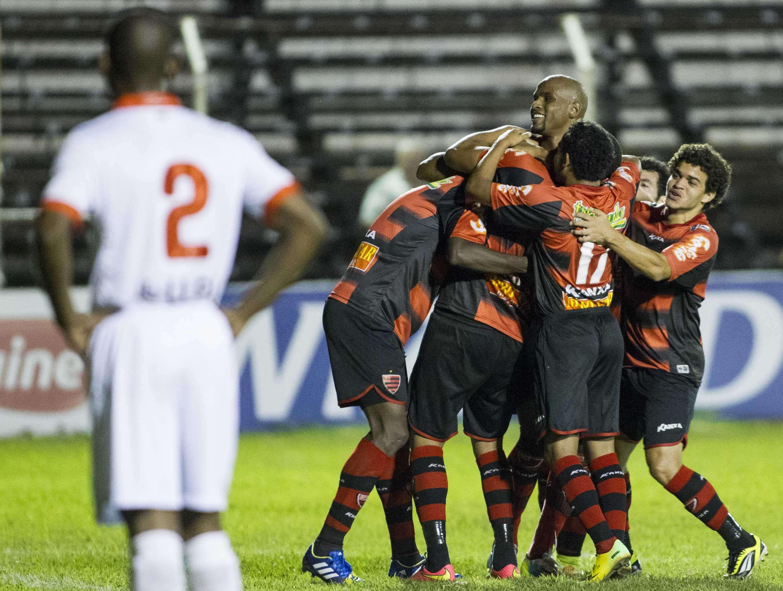Oeste comemora a vitória contra a Portuguesa Foto: José Luis Silva/Agif/Gazeta Press