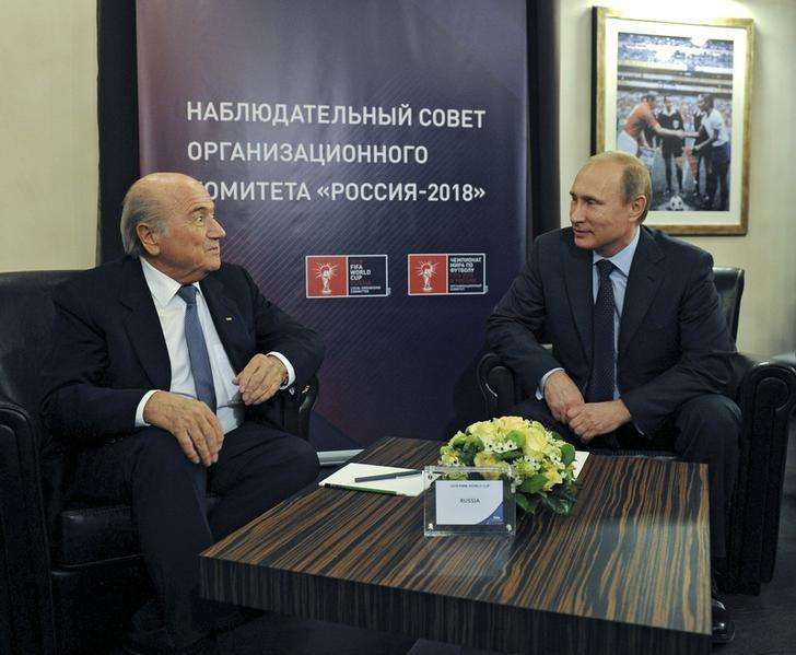 FIFA President Sepp Blatter (L) talks with Russia's President Vladimir Putin during a meeting in Moscow, October 28, 2014. Foto: Mikhail Klimentyev/Reuters