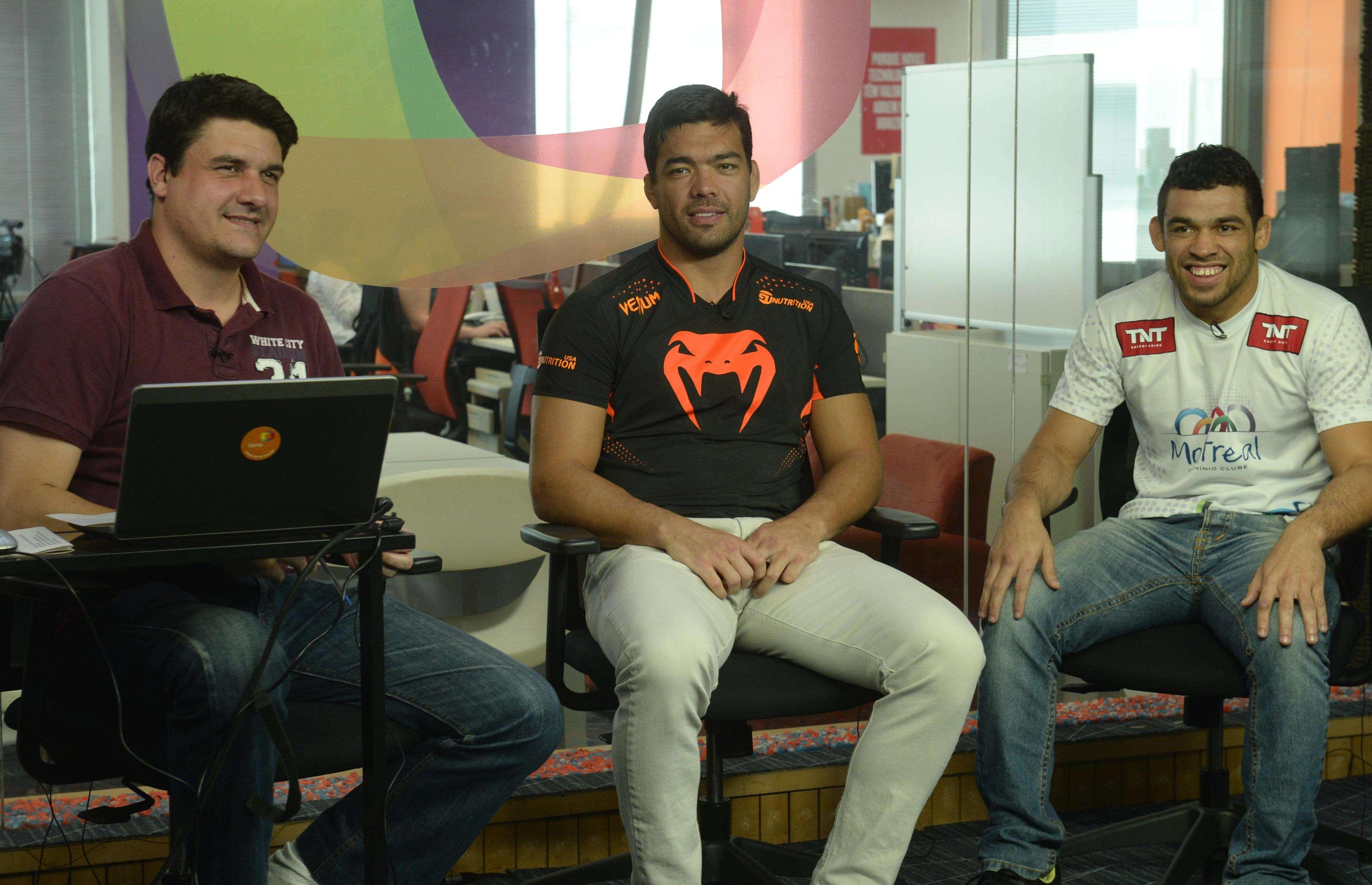 Lyoto Machida (centro) e Renan Barão (dir), durante entrevista no Terra Foto: Terra