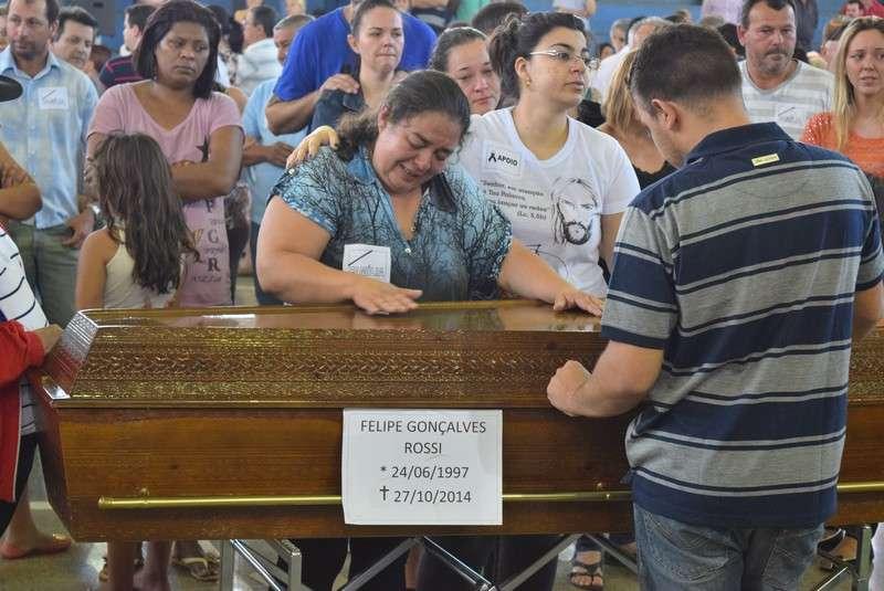 Amigos e familiares se despediram dos jovens e professores mortos no acidente Foto: Talita Zaparolli/Especial para Terra