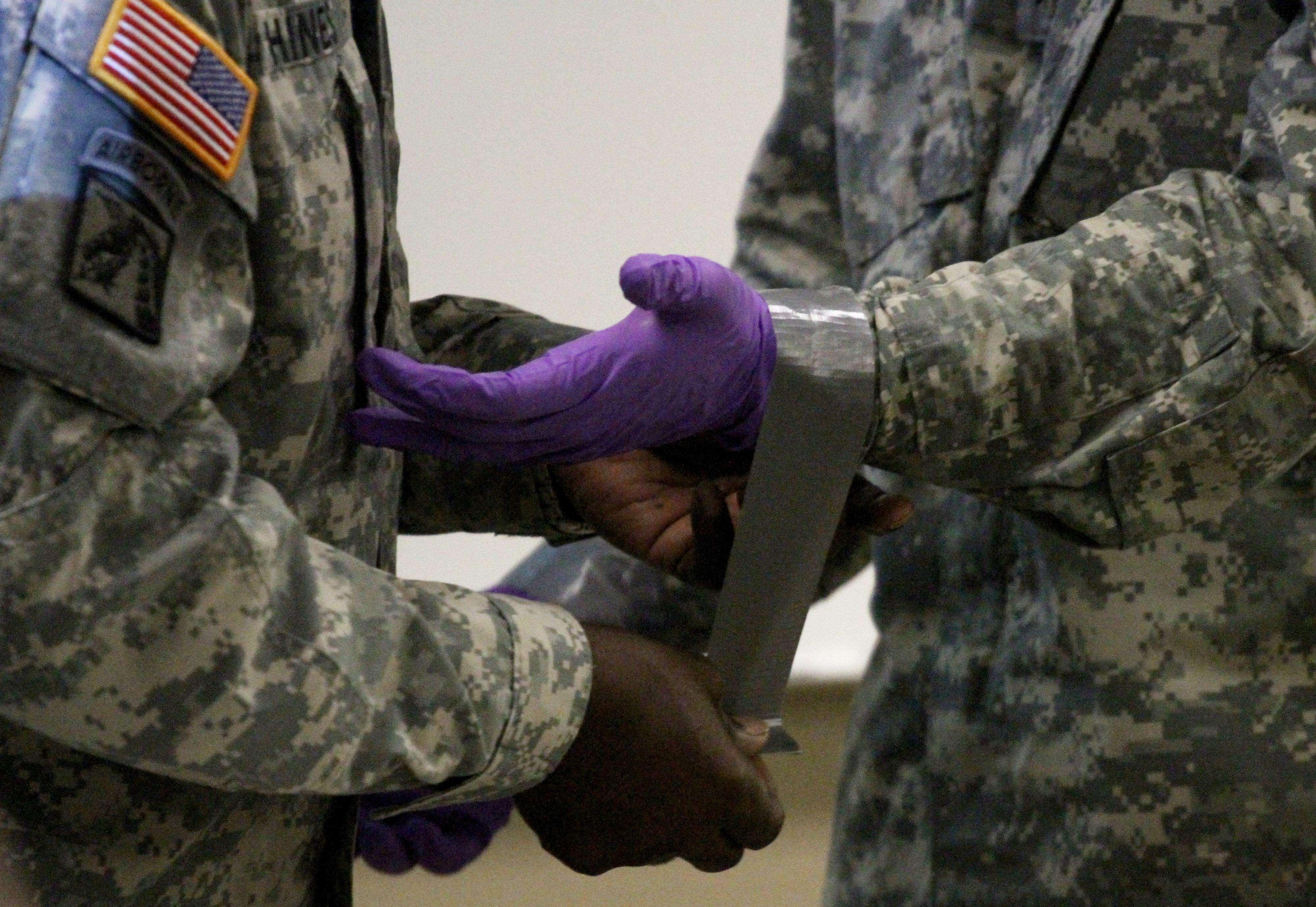 Soldados estadounidense reciben capacitación en atención a pacientes con ébola. Foto: AP en español