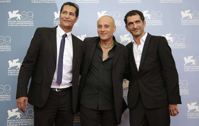 "Egyptian director Ibrahim El Batout (C) poses with actors Salah Al Hanafy (L) and Amr Waked during the photocall of the movie ""El sheita elli fat (Winter of discontent)"" at the 69th Venice Film Festival in Venice September 1, 2012. Foto: Max Rossi/Reuters"