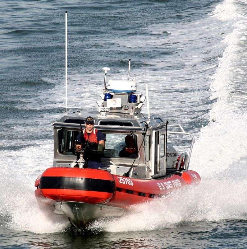 Una embarcación de la Guardia Costera estadounidense en el puerto de Miami, ene 8 2007. La Guardia Costera estadounidense rescató el miércoles a 33 inmigrantes cubanos de un bote sobrecargado frente a la costa sudeste de Florida, dos días después de que 11 cubanos fueran recuperados de las aguas frente a Miami, dijeron funcionarios. Foto: Carlos  Barria/Reuters