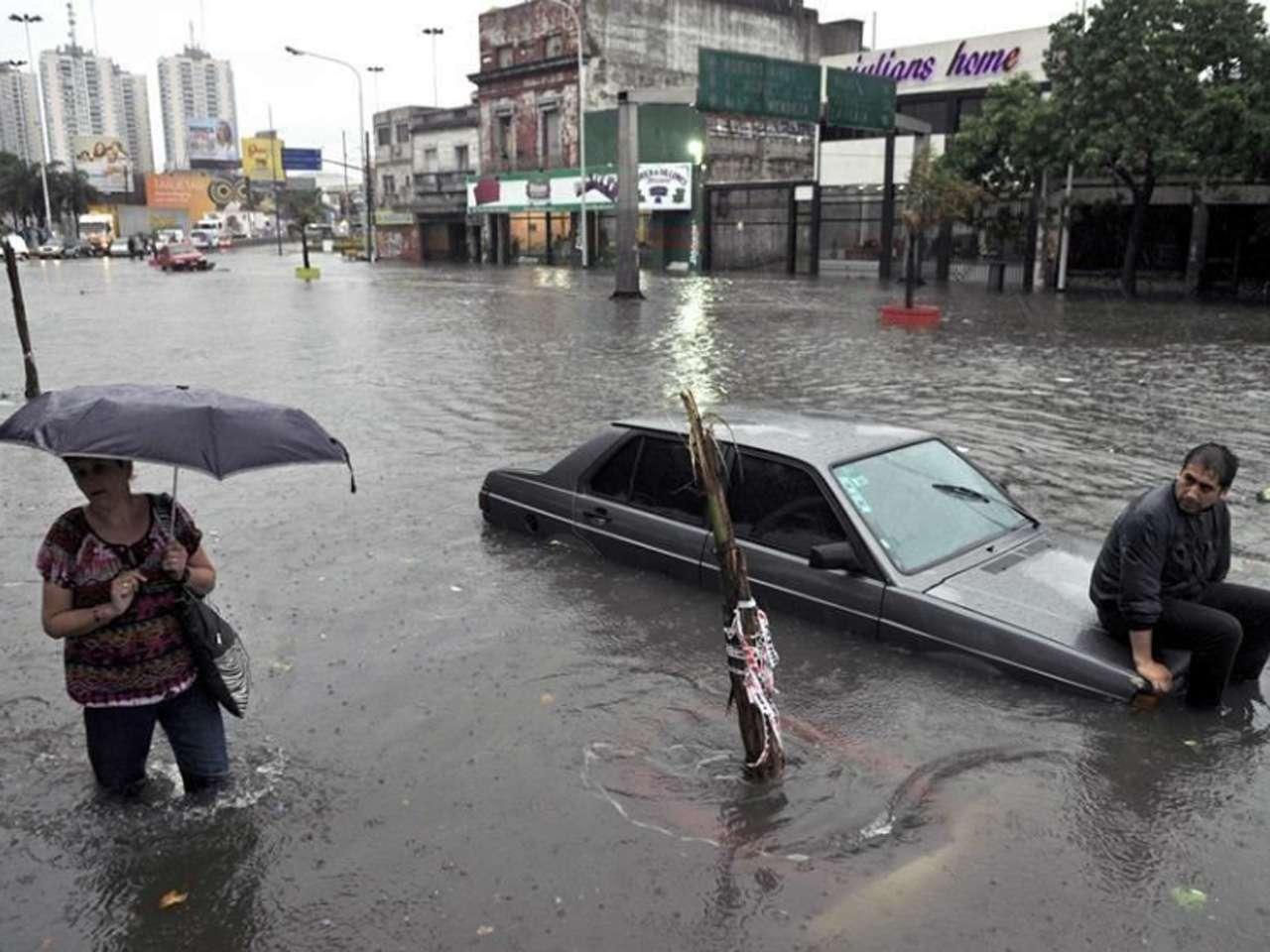 Vecinos de Buenos Aires el 29 de octubre. Fuertes vientos y lluvias han causado daños e inundaciones en la provincia, además de algunas zonas de Uruguay Foto: AFP en español