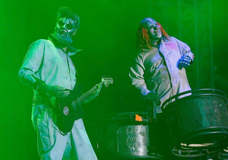 Members of Slipknot, Shawn Crahan (R) and Jim Root, perform during the Download music festival in Castle Donington, central England, in this June 14, 2013, file photo. Foto: Darren Staples/Reuters