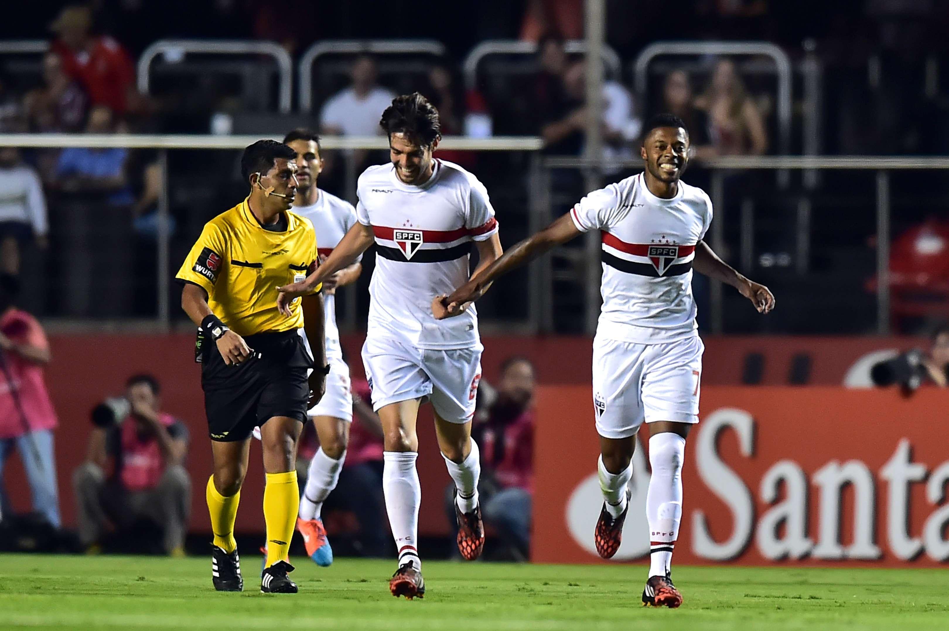 Michel Bastos comemora o primeiro gol da partida Foto: Nelson Almeida/AFP