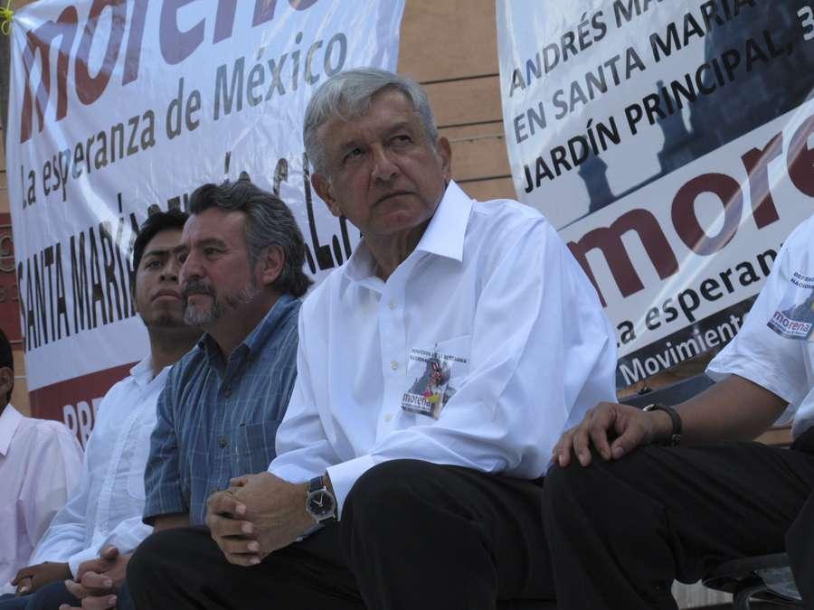 Andrés Manuel López Obrador pidió al titular de la PGR revisar al menos dos denuncias previas contra lo que denominó 'la mafia en el poder' y contra el Presidente Enrique Peña Nieto. Foto: Morena