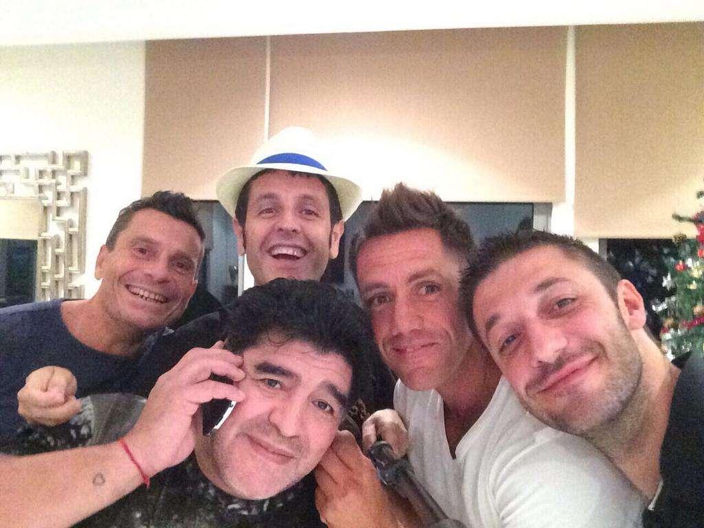 Diego festeja acompañado por amigos. Foto: Twitter