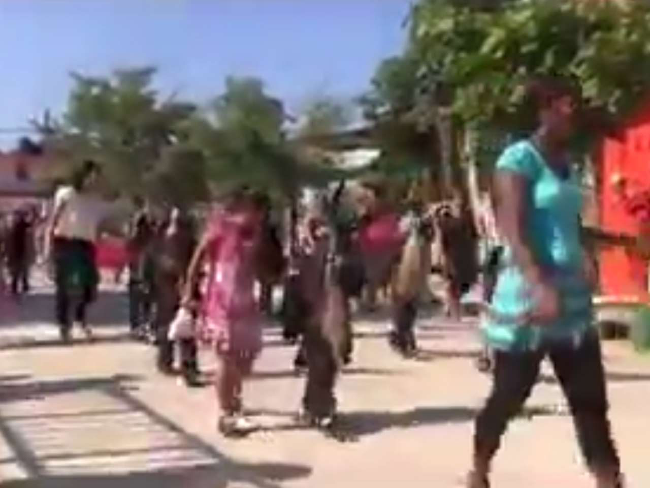 Un video que circula en YouTube muestra el momento en que se desata una balacera minutos después de que un desfile de niños de kínder pasaba por una calle del municipio de Cuajinicuilapa, Guerrero. Foto: YouTube