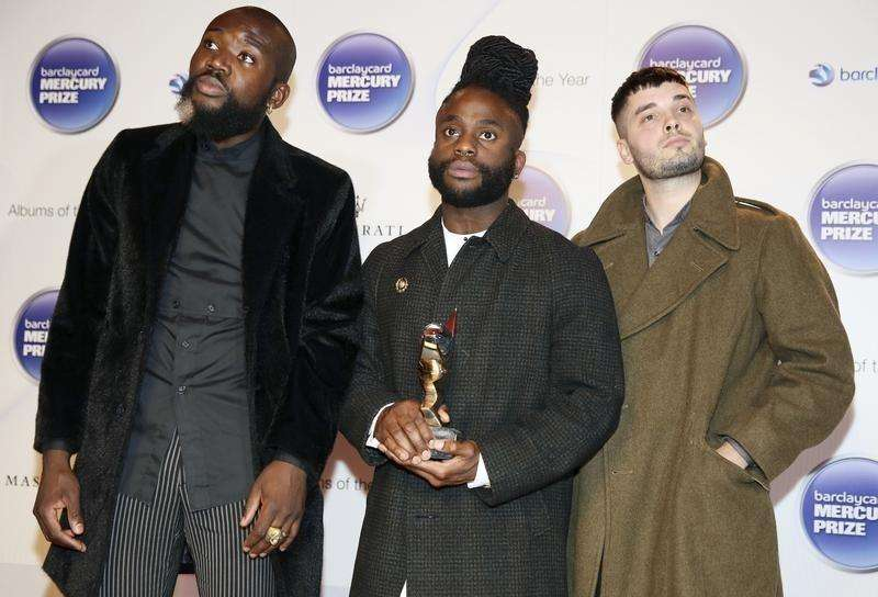 Young Fathers pose with their trophy after winning the 2014 Mercury Prize in London October 29, 2014 Foto: Paul Hackett/Reuters