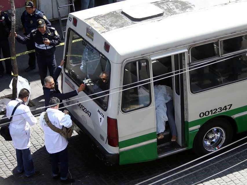 La zona donde se estacionó el microbús se mantuvo acordonada hasta que acudieron peritos de la Procuraduría General de Justicia para realizar el levantamiento del cadáver. Foto: Reforma/Leonardo Sánchez